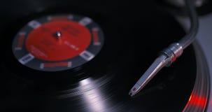 Colocando a agulha do DJ no jogador de registro de giro de LP do vinil video estoque