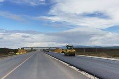 Colocando a camada final de asfalto na construção de uma estrada nova na Crimeia As interseções são equipadas com a CTOC segura d imagens de stock royalty free