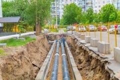Colocando a distribuição de calor da tubulação em Moscou fotografia de stock royalty free