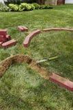 Colocando Edgers do tijolo Fotografia de Stock Royalty Free