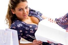 Colocando a fêmea com sacos de compra fotografia de stock royalty free