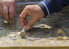 Colocando las monedas verticales crea Si usted puede hacer para hacer una fortuna en Wat Phrabuddhabat, Saraburi, Tailandia Fotos de archivo libres de regalías