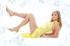 Colocando a menina no vestido amarelo Fotos de Stock