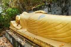 Colocando o pagode dourado de buddha Sambok, Kratie, Camboja fotografia de stock