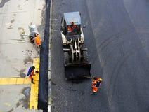 Colocando o pavimento do asfalto na estrada em Moscou Imagens de Stock Royalty Free