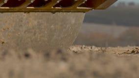 Colocando o rolo da estrada Consolidação da superfície de estrada durante a construção filme