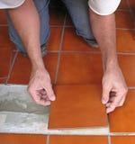 Colocando a telha cerâmica Imagem de Stock Royalty Free