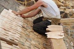 Colocando telhas de telhado de madeira Fotografia de Stock Royalty Free
