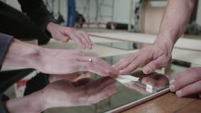 Colocando telhas do espelho filme