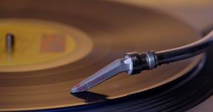 Colocando uma agulha do DJ no vinil de giro video estoque
