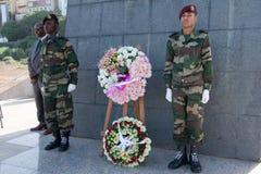 Colocando uma grinalda no monumento Amilcal Cabral Imagens de Stock