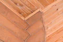 Colocação Timbered da casa de madeira Fragmento de um canto e de um ce Imagens de Stock