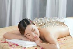 Colocar da medicina chinesa da jovem senhora Fotos de Stock