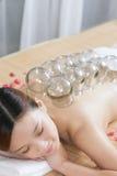 Colocar da medicina chinesa da jovem senhora Imagem de Stock Royalty Free