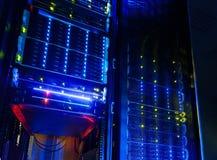 Colocation of colo van de serverruimte met verscheidene kabinetten, schakelaars en gateways Stock Foto's