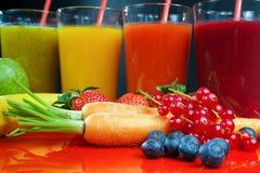 Colofrul świezi naciskający owocowi soki w wysokich szkłach z owoc Fotografia Stock