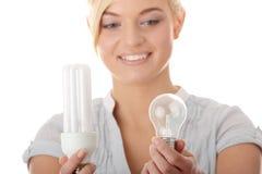 Écologiste de l'adolescence de fille comparant des ampoules Photographie stock libre de droits