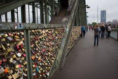 Cologne, Allemagne - 13 août 2011 : Cadenas d'amour sur Hohenzoller Images stock