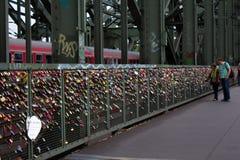 Cologne, Allemagne - 13 août 2011 : Cadenas d'amour sur Hohenzoller Photos stock