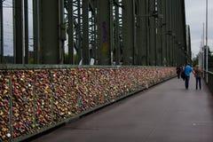 Cologne, Allemagne - 13 août 2011 : Cadenas d'amour sur Hohenzoller Images libres de droits