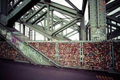 COLOGNE, ALLEMAGNE - 26 août 2014, milliers de serrures d'amour que les amoureux ferment à clef au pont de Hohenzollern pour symb Photos libres de droits