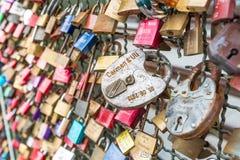 COLOGNE, ALLEMAGNE - 26 août 2014, milliers de serrures d'amour que les amoureux ferment à clef au pont de Hohenzollern pour symb Image stock