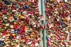 COLOGNE, ALLEMAGNE - 26 août 2014, milliers de serrures d'amour que les amoureux ferment à clef au pont de Hohenzollern pour symb Photographie stock libre de droits