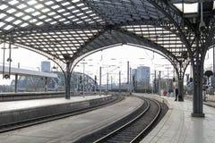 Cologne, ALLEMAGNE - 7 avril 2018 : plate-forme dans le matin ? la station principale ferroviaire de Cologne photographie stock