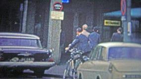 COLOGNE, ALLEMAGNE - 1966 : Gens d'affaires faisant du vélo pour travailler dans de pleins costumes formels de mode banque de vidéos