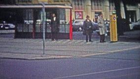COLOGNE, ALLEMAGNE - 1966 : Gens traversant la rue passante pour grêler un taxi clips vidéos