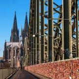 Cologne, Allemagne - 19 janvier 2017 : Serrures de l'amour sur la barrière du pont de Hohenzollern À l'arrière-plan est Photographie stock libre de droits