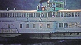 COLOGNE, ALLEMAGNE - 1966 : Le bateau de bismark croisant à travers la rivière de Rhein pour des touristes banque de vidéos