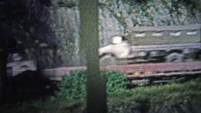COLOGNE, ALLEMAGNE - 1966 : Les militaires forment des soldats d'expédition, des camions de cargaison et d'autres véhicules clips vidéos