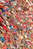 COLOGNE, ALLEMAGNE - 7 MARS 2015 : L'amour padlocks sur le pont de Hohenzollern à Cologne dans Koln, Allemagne Déclarations de l' Photos stock