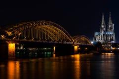 Cologne Cathedra på natten Arkivfoton