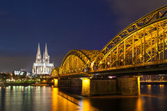 Cologne Cathedral with the Hohenzollern bridge at night Royalty Free Stock Photos