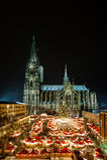 Cologne Christmasmarket med domkyrkan på natten Royaltyfria Bilder