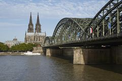 Cologne - Cologne domkyrka och Hohenzollern bro Arkivfoton