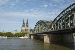 Cologne - Cologne domkyrka och Hohenzollern bro Arkivbild