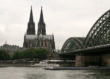 Cologne Dom och bro över Rhine River Royaltyfria Foton