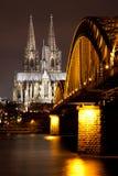 Cologne domkyrka med den Hohenzollern bron, Tyskland Arkivfoto