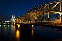 Cologne domkyrka med Hohenzollernbridge Royaltyfri Fotografi