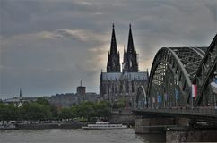 Cologne domkyrka och rhine på en molnig dag arkivbilder