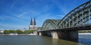 Cologne domkyrka och Rhine River, Tyskland Fotografering för Bildbyråer