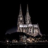 Cologne domkyrka på skottet för flodrhine natt Arkivbild