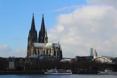 Cologne domkyrka, sikt från flodRhen royaltyfria bilder