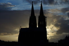 Cologne domkyrkakontur framme av fantastisk himmel Arkivbilder
