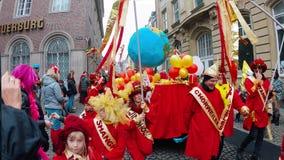 COLOGNE/GERMANY - marzo 2018: Costumi rossi divertenti che simbolizzano pace di mondo al carnevale o parata di Karneval in Coloni archivi video