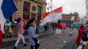 COLOGNE/GERMANY - marzo de 2018: Bandera de Colonia y de Francia con los trajes franceses tradicionales en el carnaval o el desfi