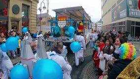 COLOGNE/GERMANY - marzo de 2018: Trajes y músicos divertidos en el carnaval o el desfile de Karneval en Colonia